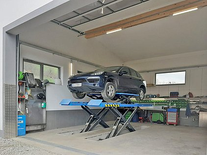 Basecamp for testdrivers - Garage with car lift Holiday Village Ponyhof